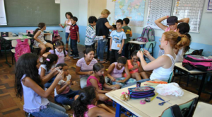 Meninas aprendendo a fazer flores com o peti 4º ano  06 03 2014